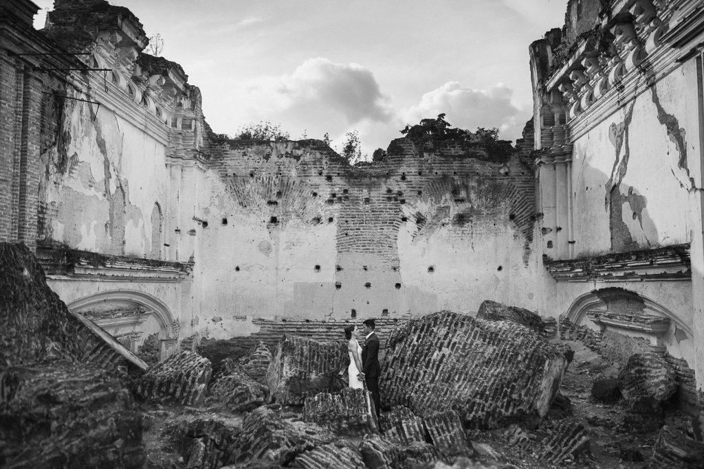 engagement photos at Ruins of La Recoleccion in Antigua 02